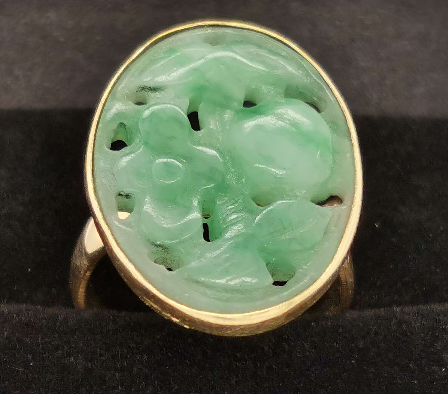 Vintage 18ct Gold and Jade Ring - UK size P 1/2